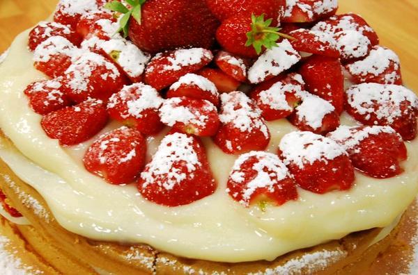 Çilekli Kolay Pasta Yapımı