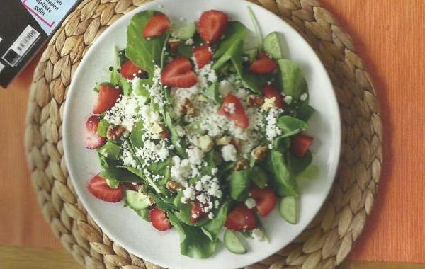 Çilekli ve Lor Peynirli Roka Salatası