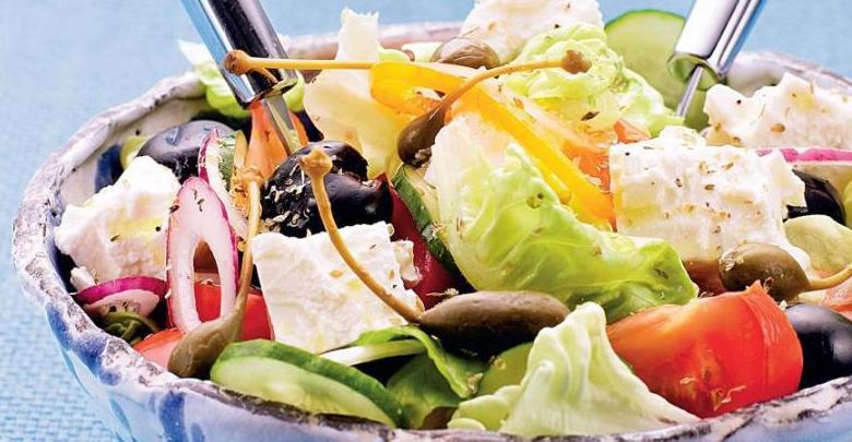Cacık Eşliğinde Limonlu Tavuklu, Tahıllı ve Feta Peynirli Yunan Usulü Salata